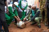 2e édition de la Journée nationale de l'Arbre : le président du Faso plante dans le village de Siniéna dans la région des Cascades.